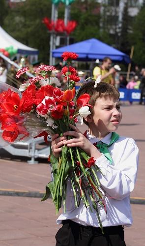 Ребёнок с цветами